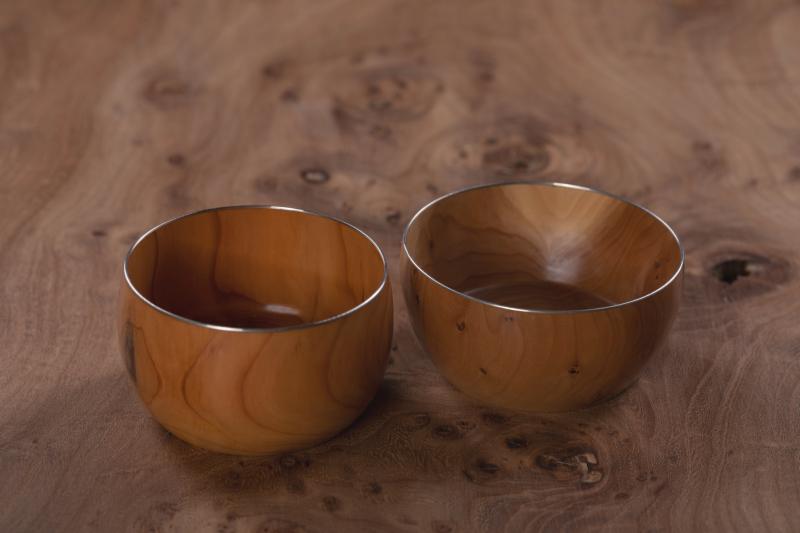 Små skåle i taks med sølvkant